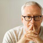 Haftungsrisiken Mittelstand: Mann mit Brille denkt nach