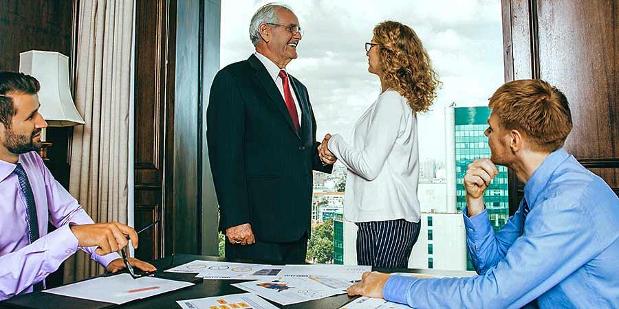 Nachfolgeplanung im Unternehmen: Deal im Büro