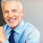 Notfallkoffer für Unternehmen: Zufriedener Firmeninhaber lächelt in die Kamera