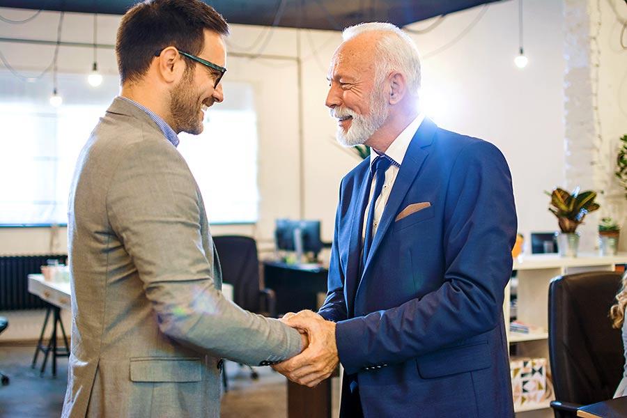Firma kaufen: Zwei Unternehmer beim Handschlag
