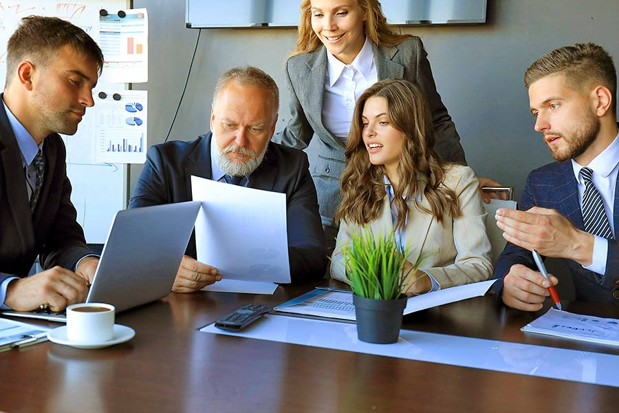 Mittelstandsberatung: Berater-Gruppe am Überlegen