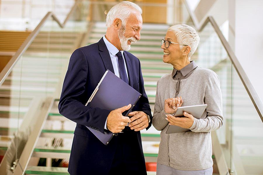 Senior Ehepaar geht zur Nachfolgeberatung