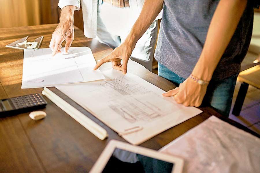 Unternehmensinterne Nachfolge: Alt-Unternehmer und Junior bei der gemeinsamen Planung